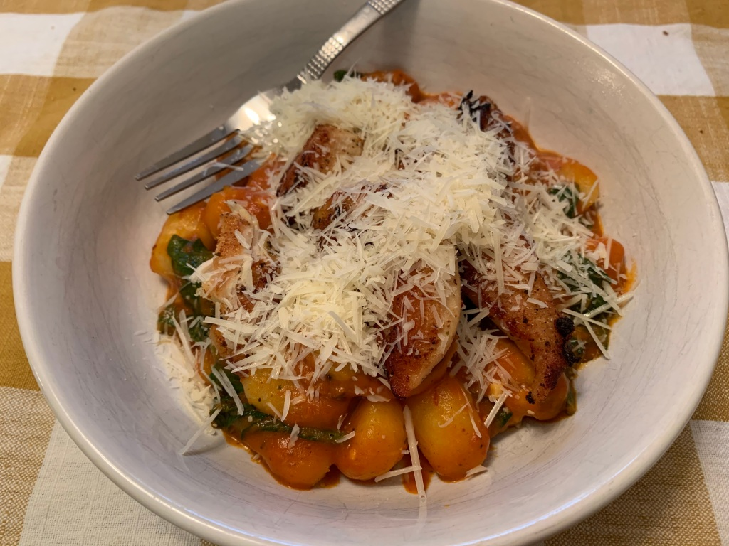 Gnocchi in vodka sauce with chicken and cheese